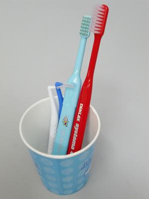 コップと歯ブラシ 歯周病の治療